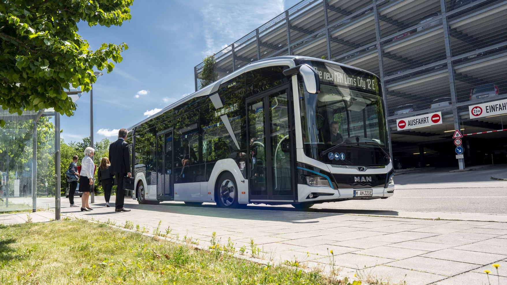 The transport company Verkehrsbetriebe Hamburg-Holstein (VHH) is setting a course for the emissions-free mobility of tomorrow, thereby bringing the first sales success for electric buses to MAN Truck & Bus – a milestone for both VHH and MAN.